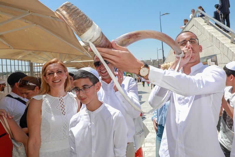 photo bar mitzvah at the western wall in israel
